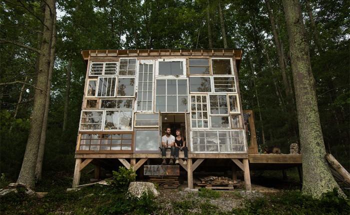 Conheça o casal que construiu uma casa de vidro